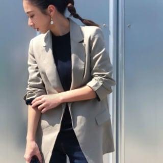 ザラのリネンジャケットにデニムパンツを履いた女性