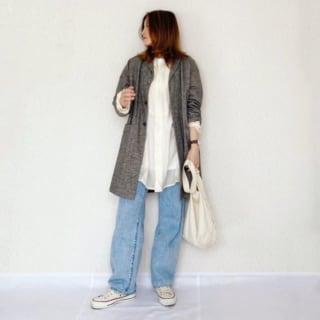 グレーのジャケットと白のシャツとブルーのデニムパンツのコーデ