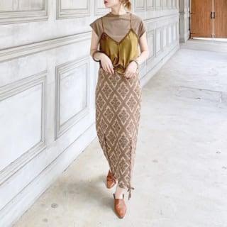 オリエンタルスカートにブラウンTシャツとキャミソールのレトロコーデ