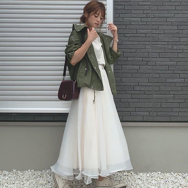 白のハウウエストロングスカートにカーキブルゾンを合わせたコーデ。