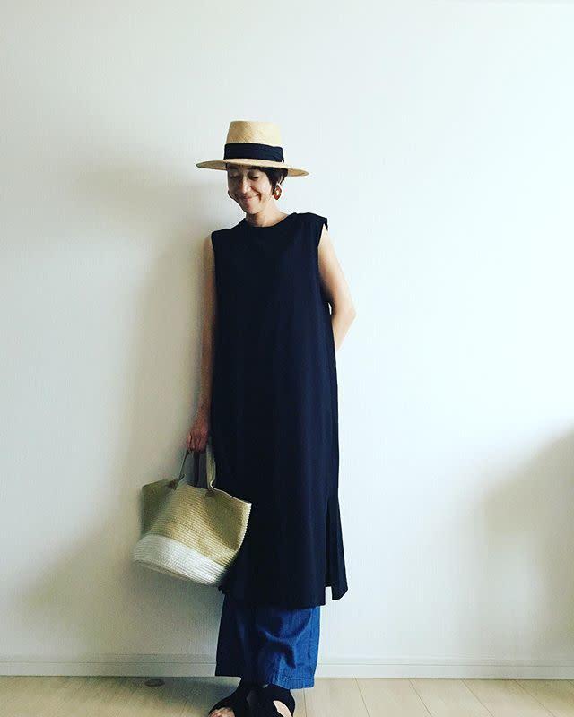 カンカン帽にネービーロングTシャツのショートカット女性