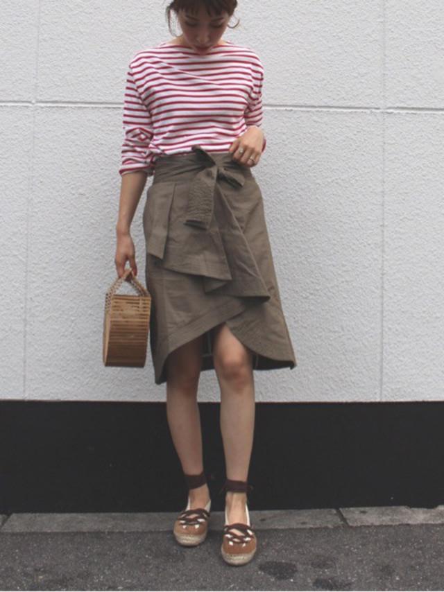 赤ボーダーとラップスカートの女性