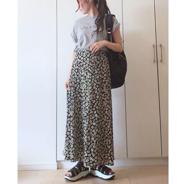 花柄スカートにTシャツの女性