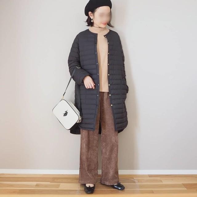 キルティングコートとコーデュロイパンツを着用した女性