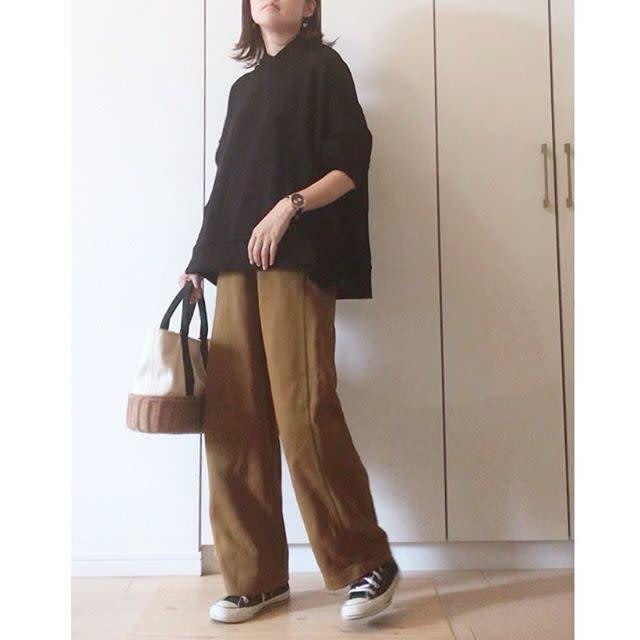黒シャツとブラウンパンツを着用した女性