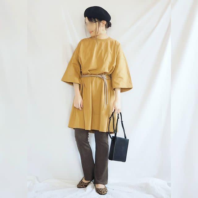 黄色オーバーTシャツにベルトでウエストマークのベレー帽女性