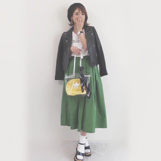 Tシャツとグリーンスカートに白靴下と黒サンダルを合わせたコーデ