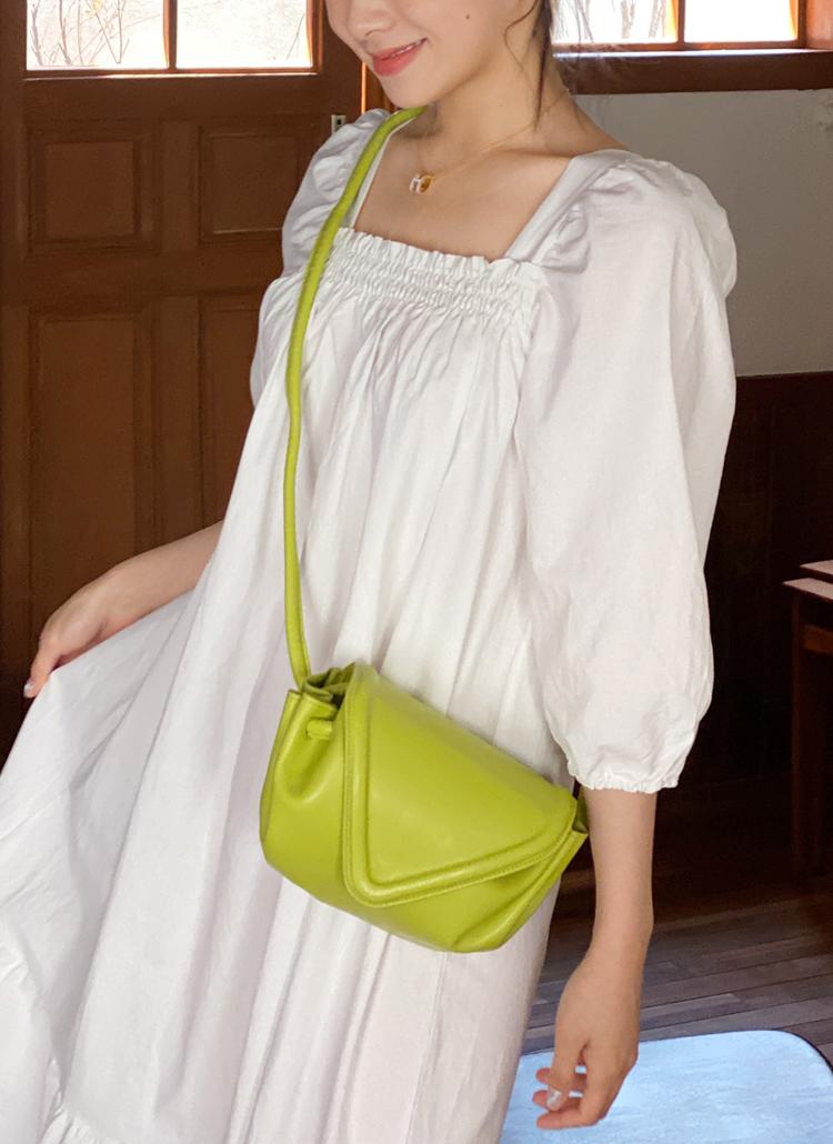 ビッグフラップショルダーバッグを着用した女性