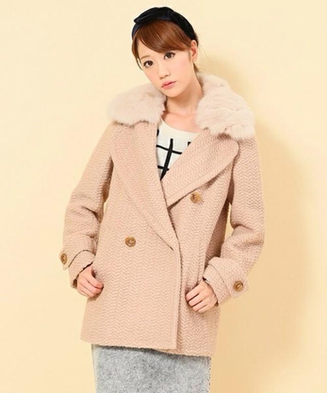 ボア付きコートにカチューシャを合わせている女性