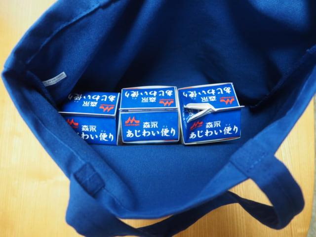 成城石井エコバッグに牛乳パックを詰めている