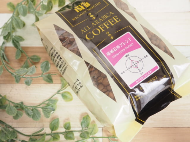 成城石井ブレンドコーヒーのパッケージと観葉植物を一緒に撮影