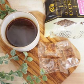 成城石井ブレンドコーヒーとパッケージとお菓子をお盆の上にのせて撮影
