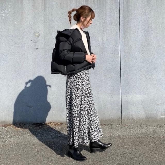 黒ダウンにレオパード柄スカートを合わせたコーデ