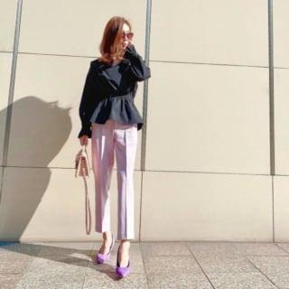 GUのカシュクールキャンディスリーブブラウスをピンクのスラックスを着ている女性の写真
