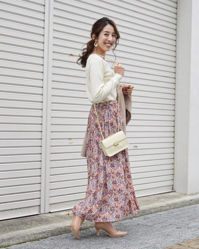白ニットにピンク花柄スカートのコーデ