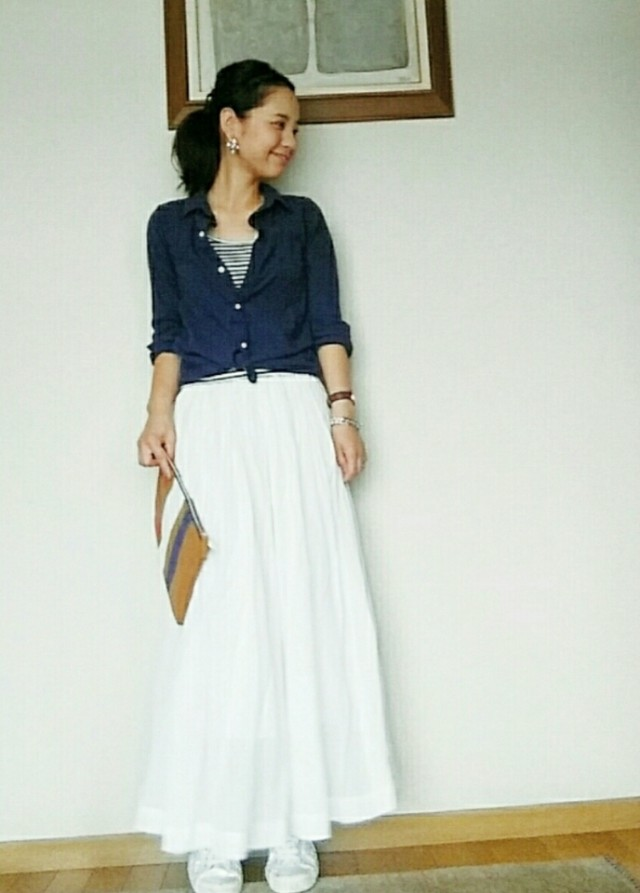 ネイビーのシャツと白のロングスカートコーデ