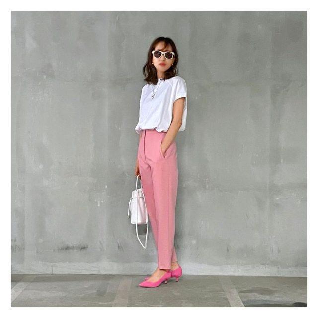 白ティーにピンクのタックパンツのトレンドコーデ