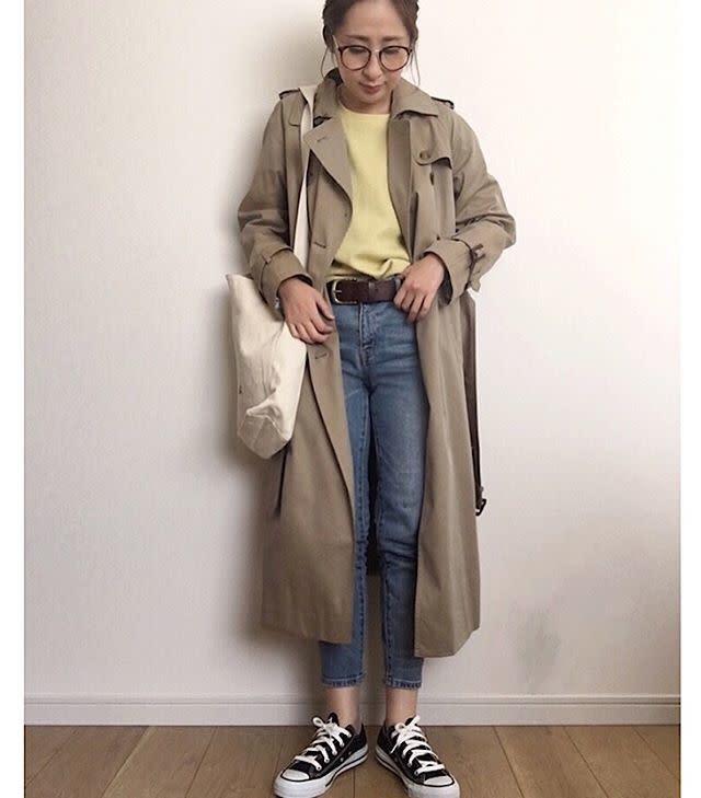 トレンチコートとデニムを着用した女性