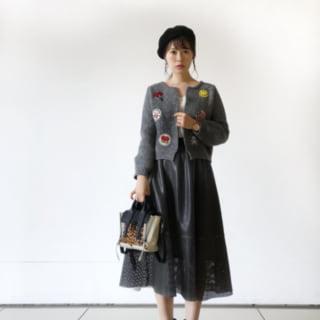 グレーワッペンニットと黒レザースカートのコーデ