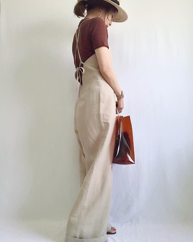 アイボリーサロペットの女性