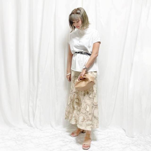 白Tシャツに柄スカートにベルトウエストマークのコーデ