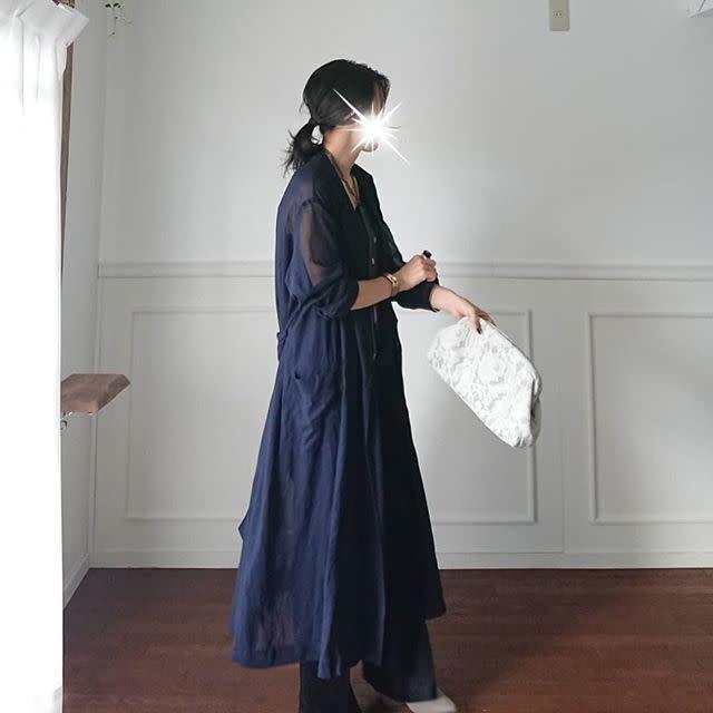 ネイビーシアーワンピースを着用した女性