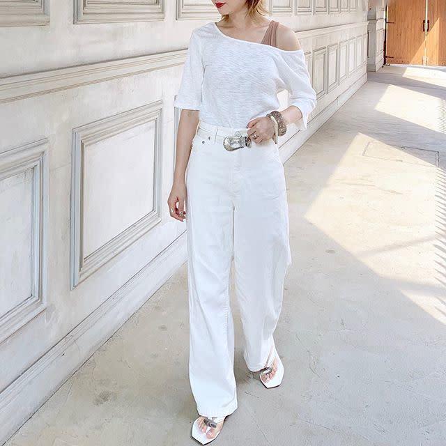 白Tシャツとホワイトデニムを着用した女性
