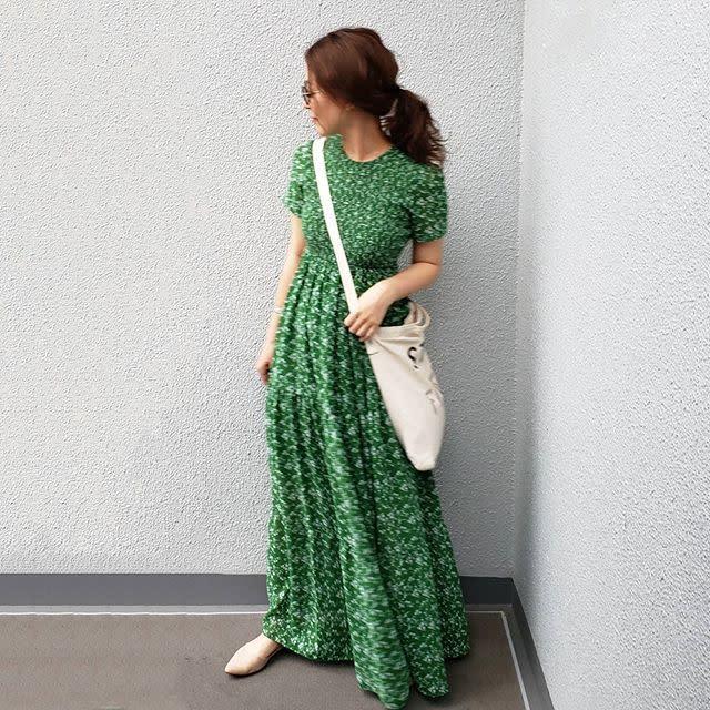 グリーンの花柄ワンピースを着用した女性