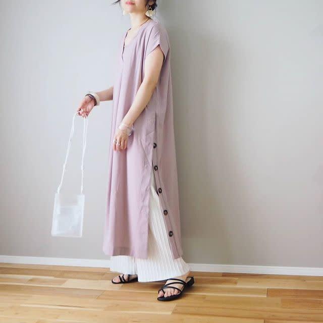 ワンピースとパンツを着用した女性
