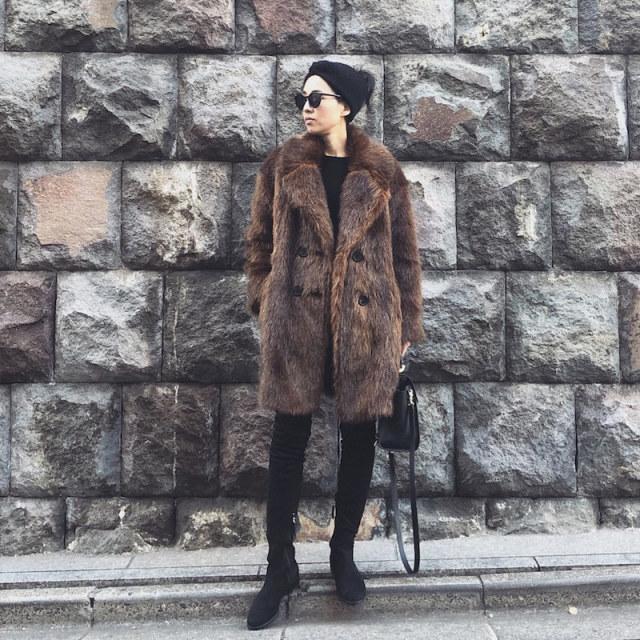 ブラウンファーコートと黒トップスに黒スキニーを履いた女性