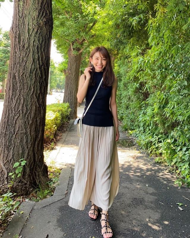 ユニクロのベージュ色ワッシャーサテンスカートパンツを合わせたコーデ