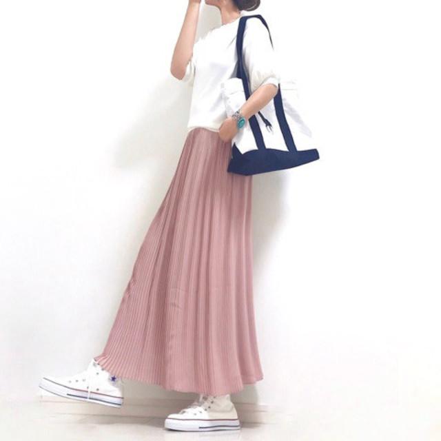 白のTシャツにピンクのプリーツスカートと白のスニーカーとトートバッグを合わせたコーディネート