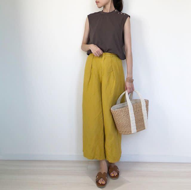 リネンパンツの夏コーデ【レディース】ワイドパンツで涼しげな上質の着こなしに