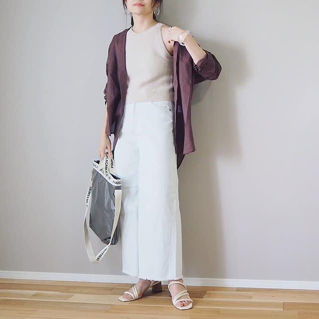 ブラウンのシャツと白のパンツを着用した女性