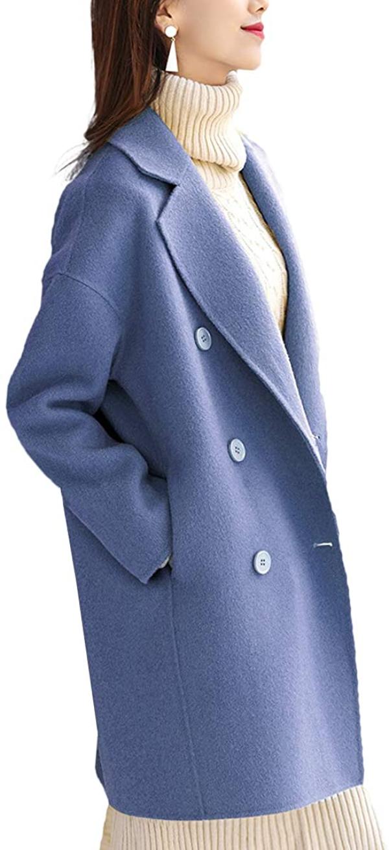 水色のPコートを着た女性