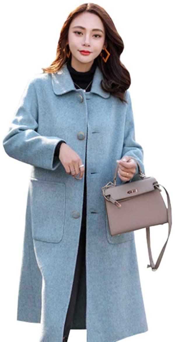 レトロガーリーな印象のステンカラーコートを着た女性