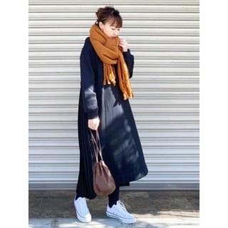 コートとマフラーを着用した女性