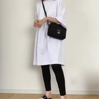 白のTシャツと黒のレギンスパンツのコーデ