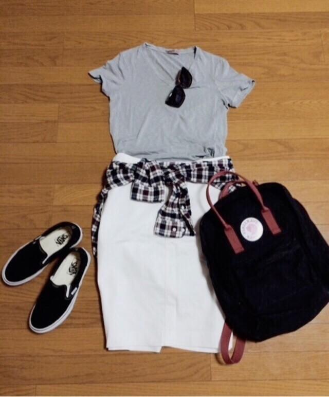 グレーVネックTシャツ、ホワイトタイトスカート、チェックシャツ、バンズの黒スニーカーのコーデ