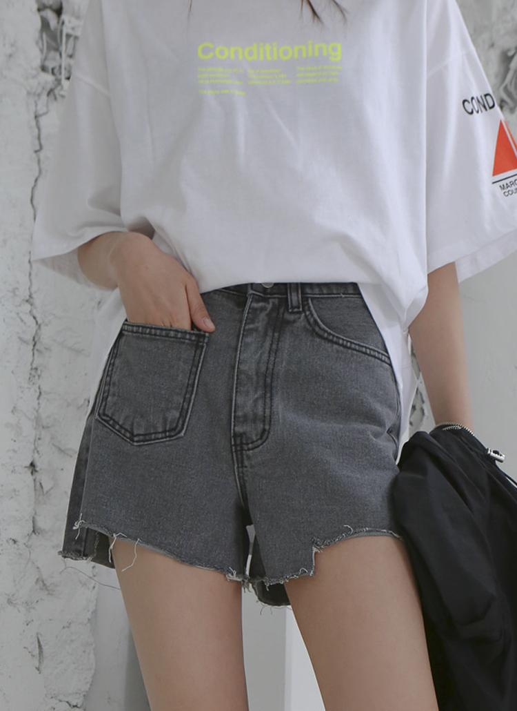 白Tシャツとショートパンツを着用した女性