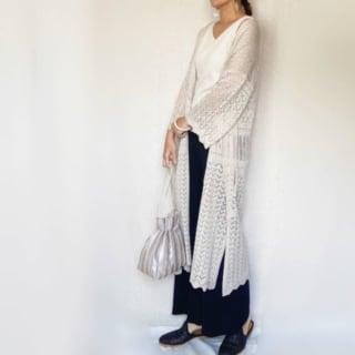 GUのカーディガンを羽織った女性