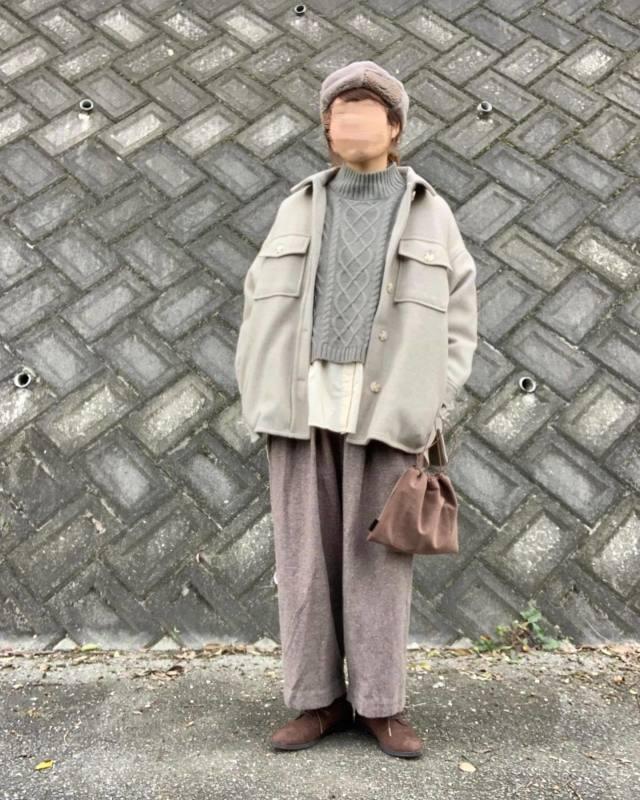 グレージュのジャケットとワイドパンツのコーデ