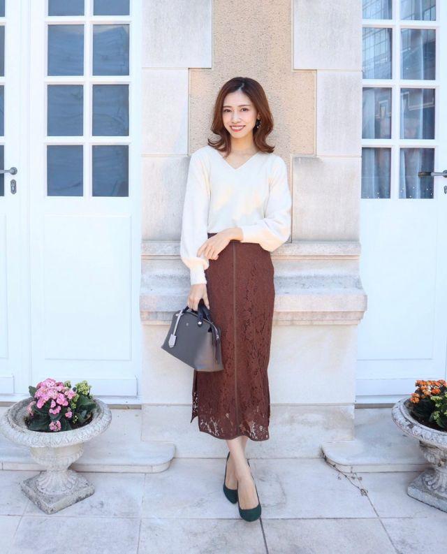白ニットとブラウンレースタイトスカートのコーデ