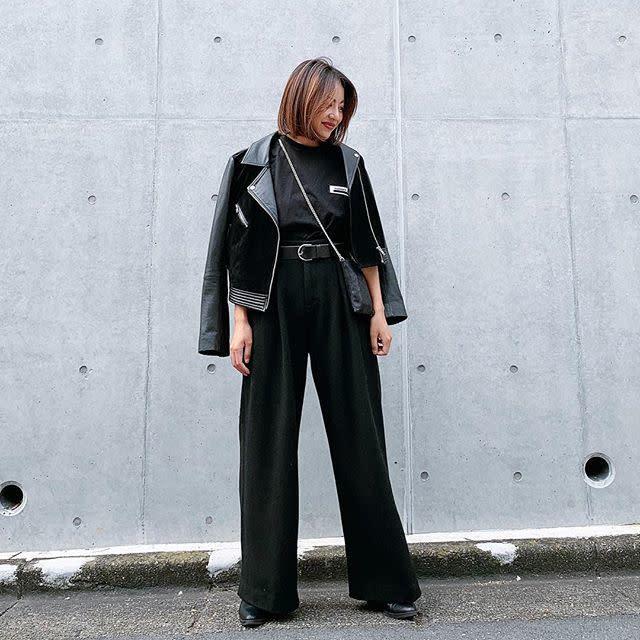 ライダースジャケットと黒のワイドパンツのオールブラックコーデ
