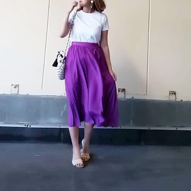 パープルのフレアスカートに似合う白のトップスコーデ
