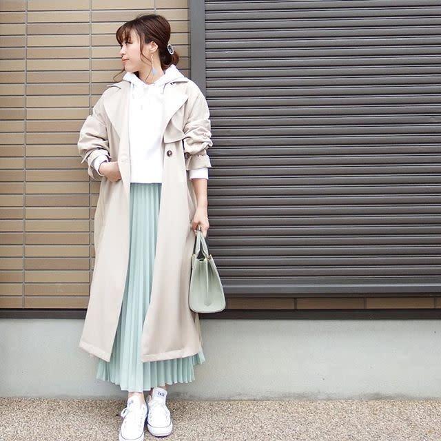 アイボリーのトレンチコートに似合う爽やかなミントのスカートコーデ