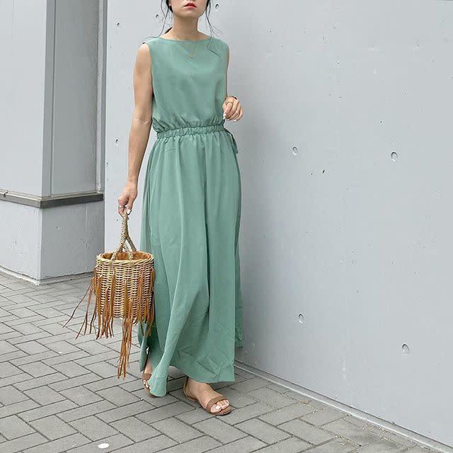 グリーンのワンピースを着用した女性