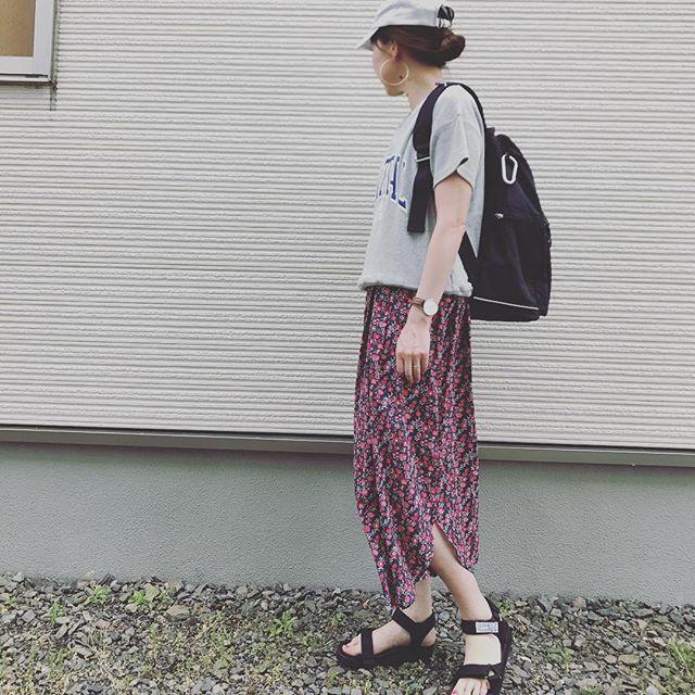 グレーTシャツと花柄スカートにマリメッコのリュック