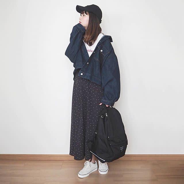 デニムジャケットとドット柄スカートにマリメッコのリュック