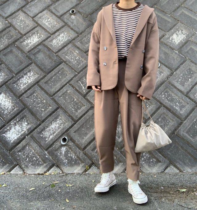 茶色ジャケットとパンツに白スニーカーを合わせたコーデ
